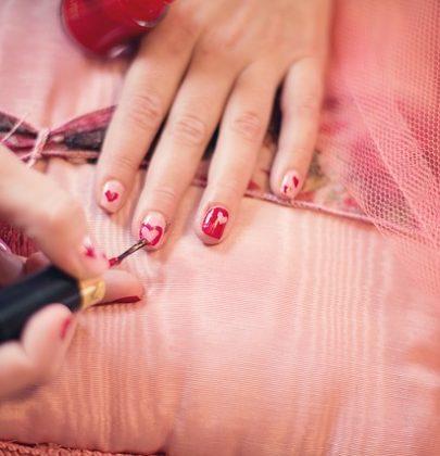 Ślubny manicure.
