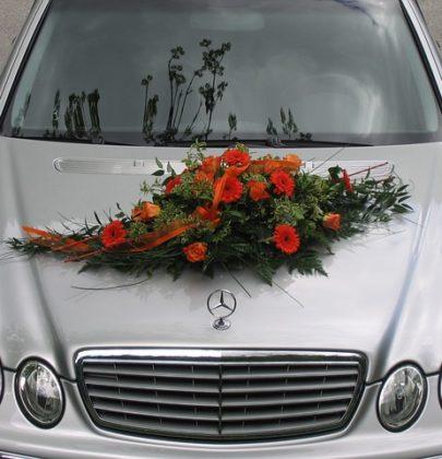 Dekoracja samochodu na ślub.