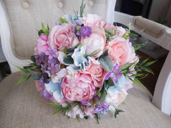 bukiet kwiatow w kolorach pastelowych