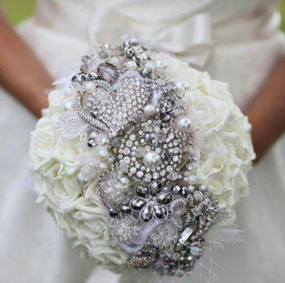 bukiet ślubny z biżuterią