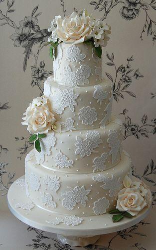 tort weselny w bieli