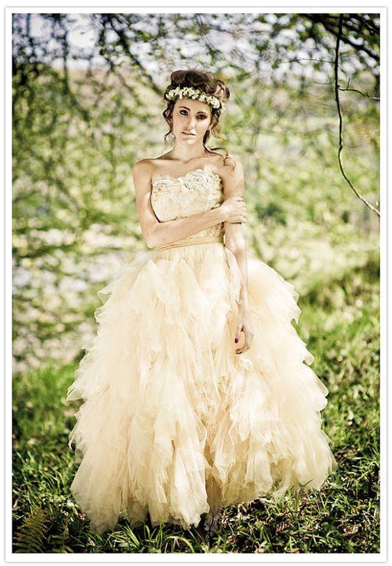 suknia ślubna z tiulowym dołem