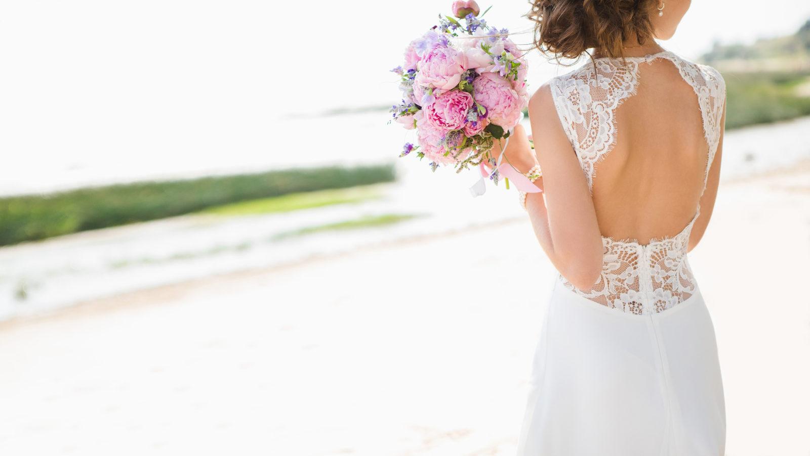 Efektowne plecy w sukni ślubnej