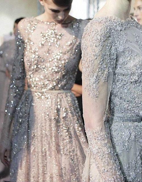 bogato zdobiona suknia ślubna