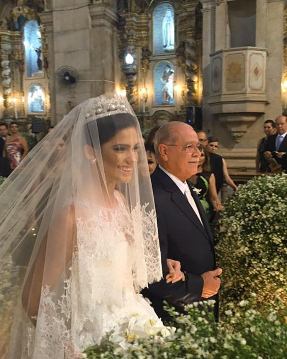 Ślubny welon zasłaniający twarz