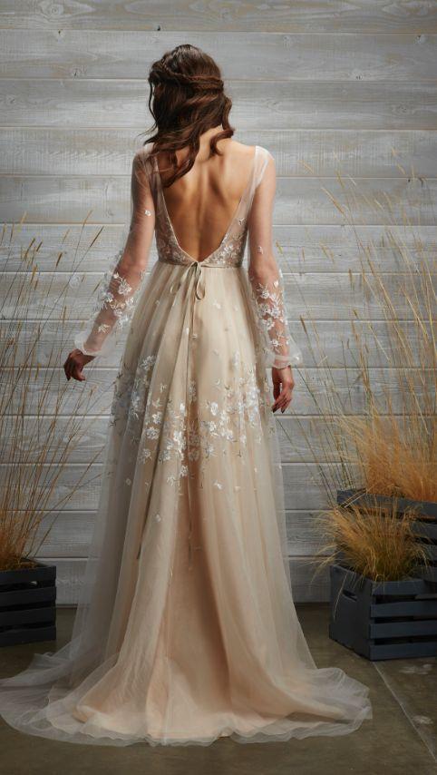 Suknia ślubna z dekoltem