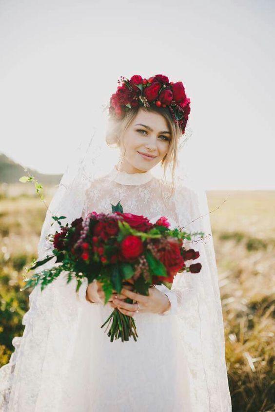 Wianek z żywych kwiatów w kolorze bordo